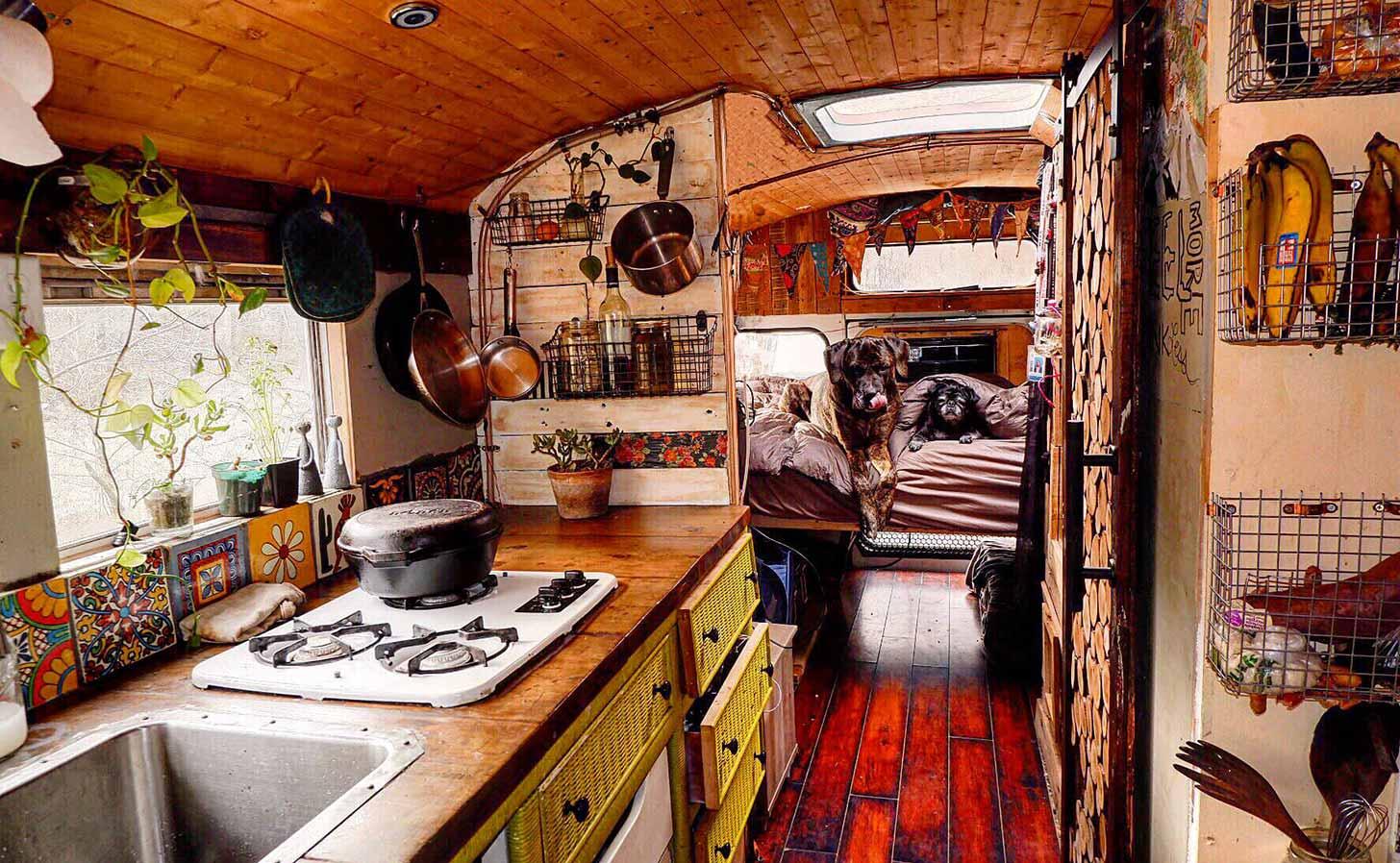 """En """"skoolie"""" – en skolbuss ombyggd för att bo och jobba i. Foto: Lauren Gardenbelle Fritts / flickr"""