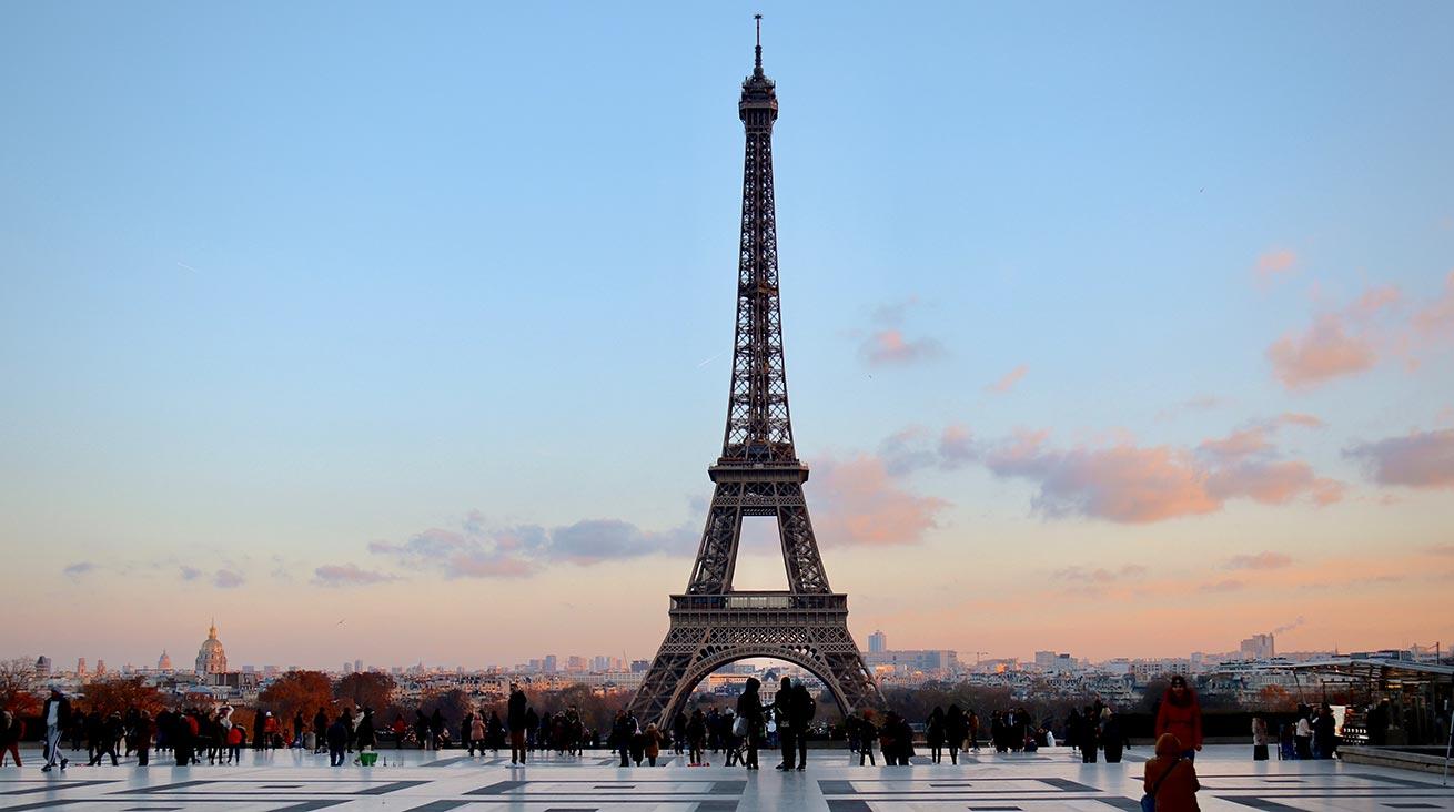 Eiffeltornet i Paris fotat på avstånd.