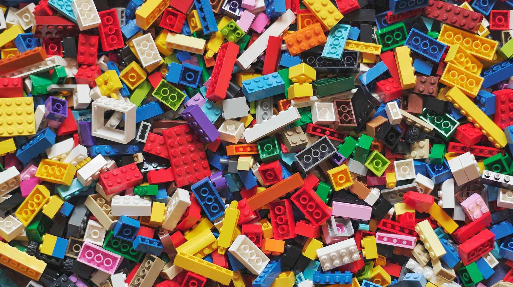 En stor hög med Lego-klossar i olika färger