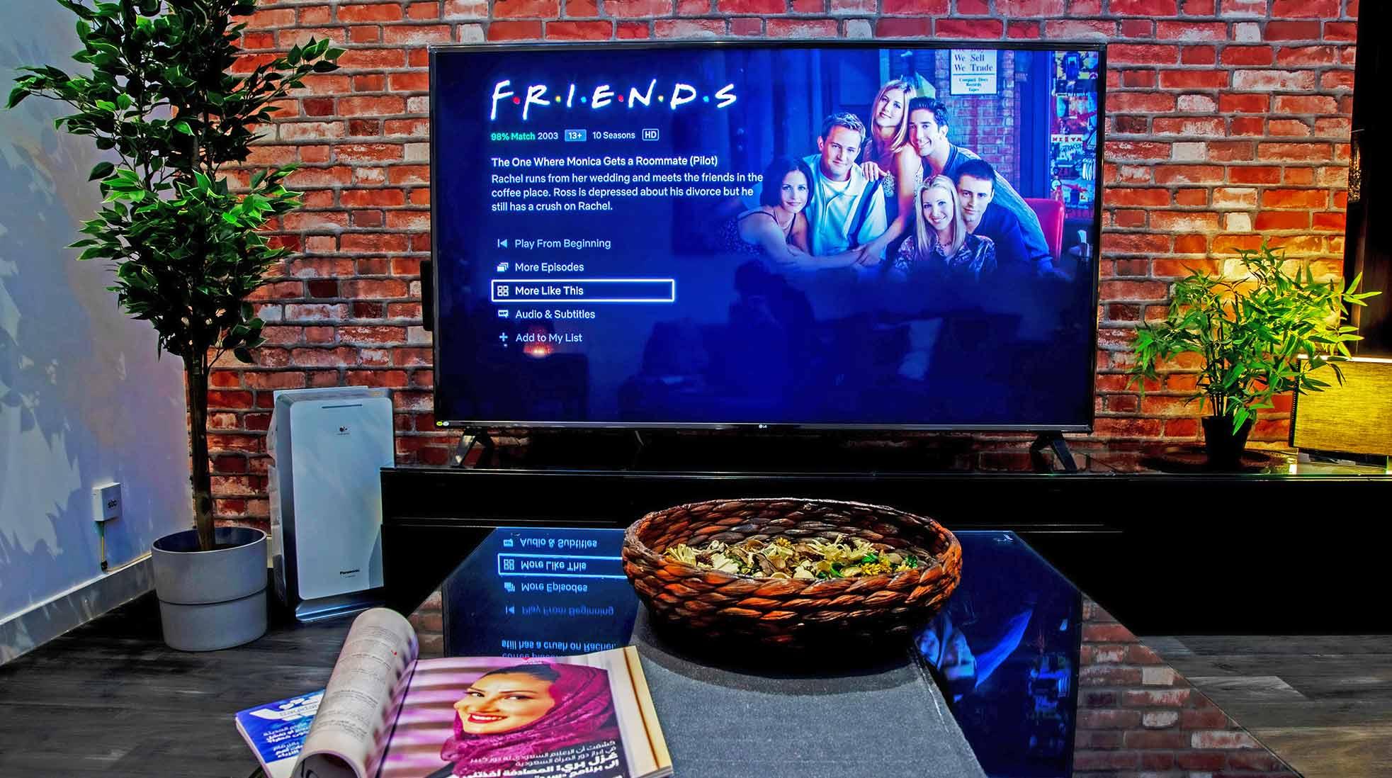 En TV i ett vardagsrum med Vänner på Netflix