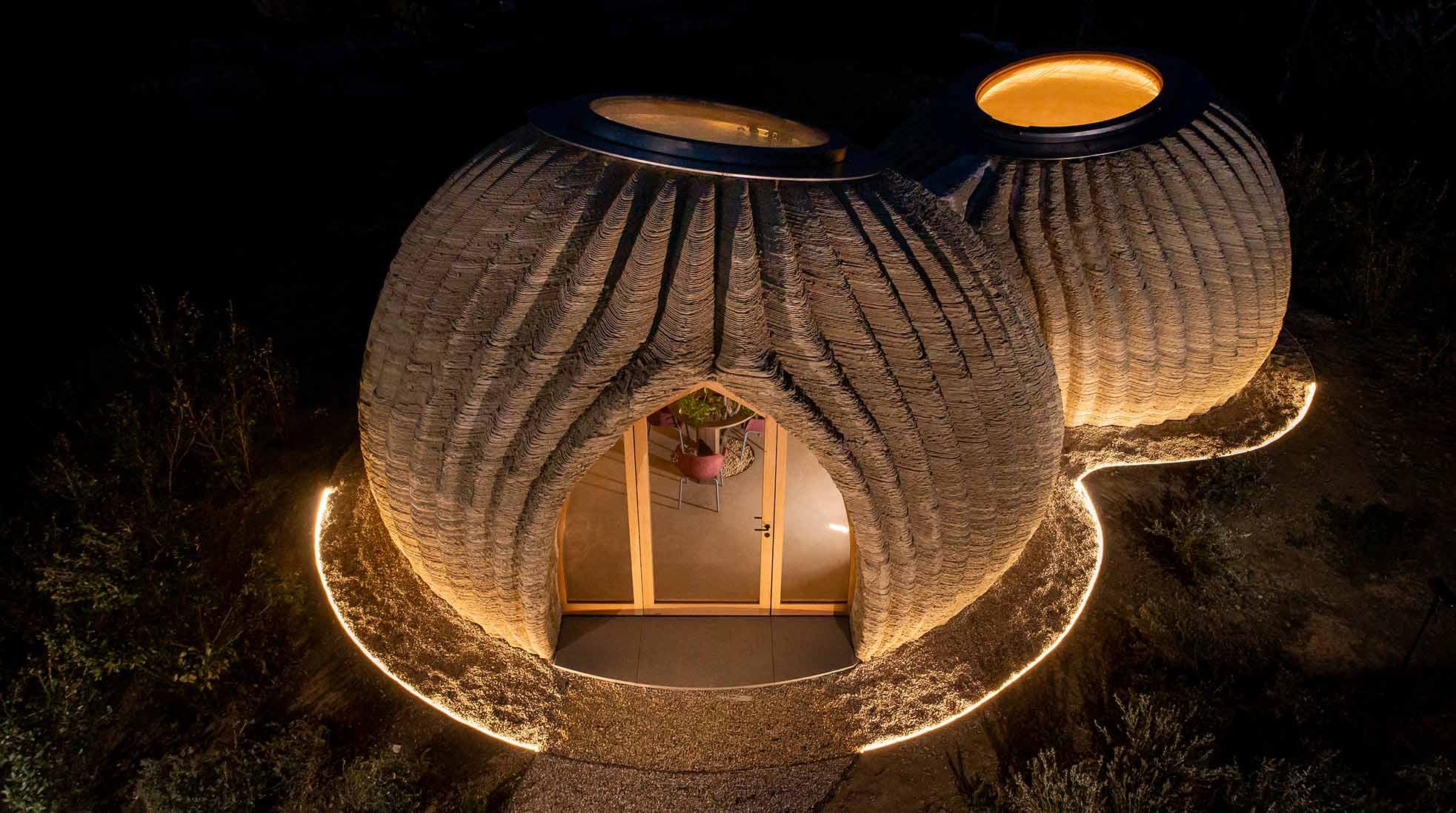 3D-printat hus av lera nattetid