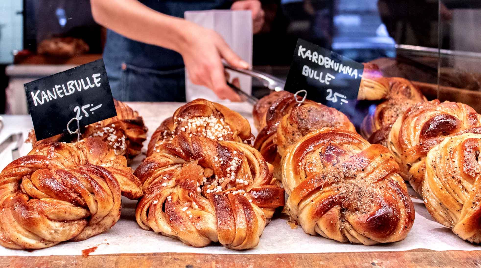 Kanel- och kardemummabullar på ett bageri. Foto: Jessica Guzik / Unsplash